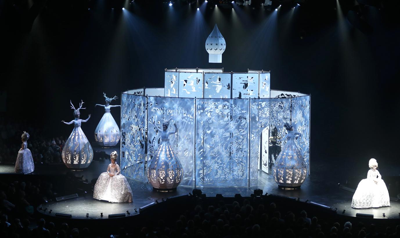 Ensemble d'art World of Wearable mettant en vedette les chanteurs de l'Opéra Tre-Belle de Wellington en Nouvelle-Zélande.