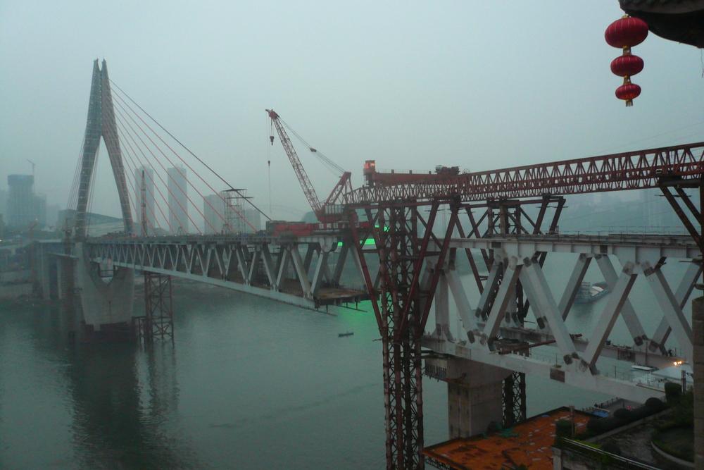 Brückenschlag über den Yangtse in Chongqing, der größten Stadt der Welt mit einer Fläche wie Österreich.