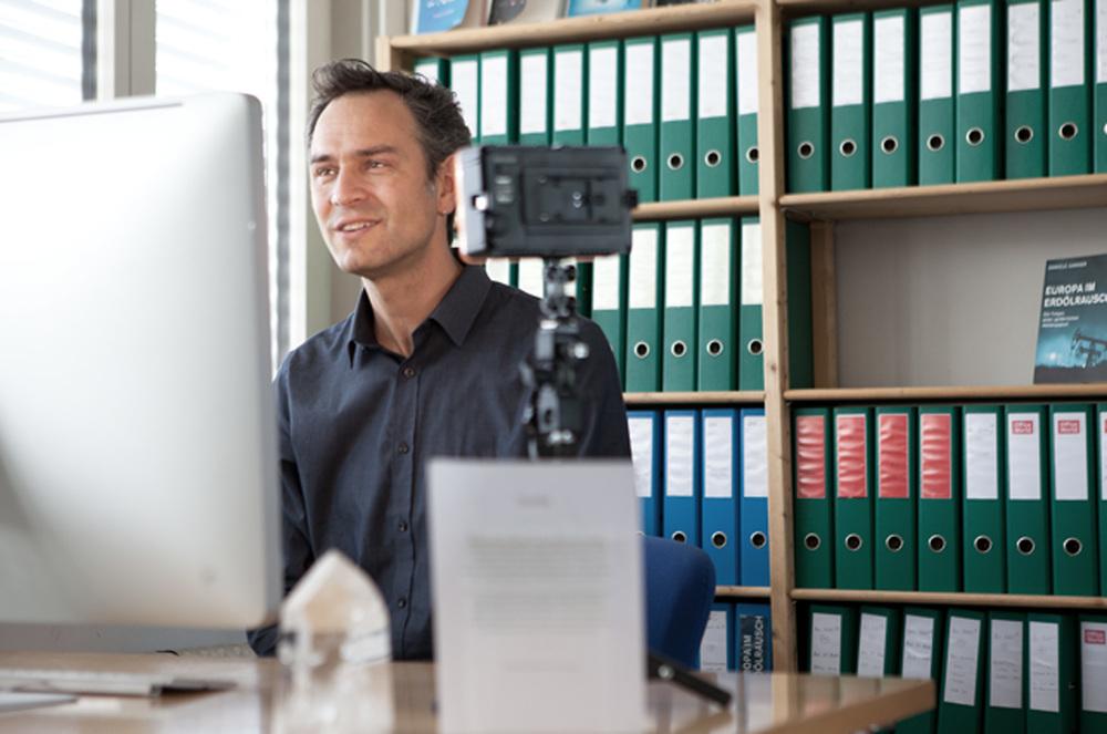 Daniele Ganser während eines Skype-Interview in seinem Büro. Fotografie Johannes Nilo.