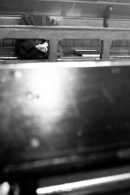 Sie bewegen sich in der Peripherie unserer Körper, im Zwischenraum, wo Begegnung möglich ist. Sind Hände die Repräsentanten unser Freiheit oder Zugehörigkeit? Fotografien von Christoph Soeder