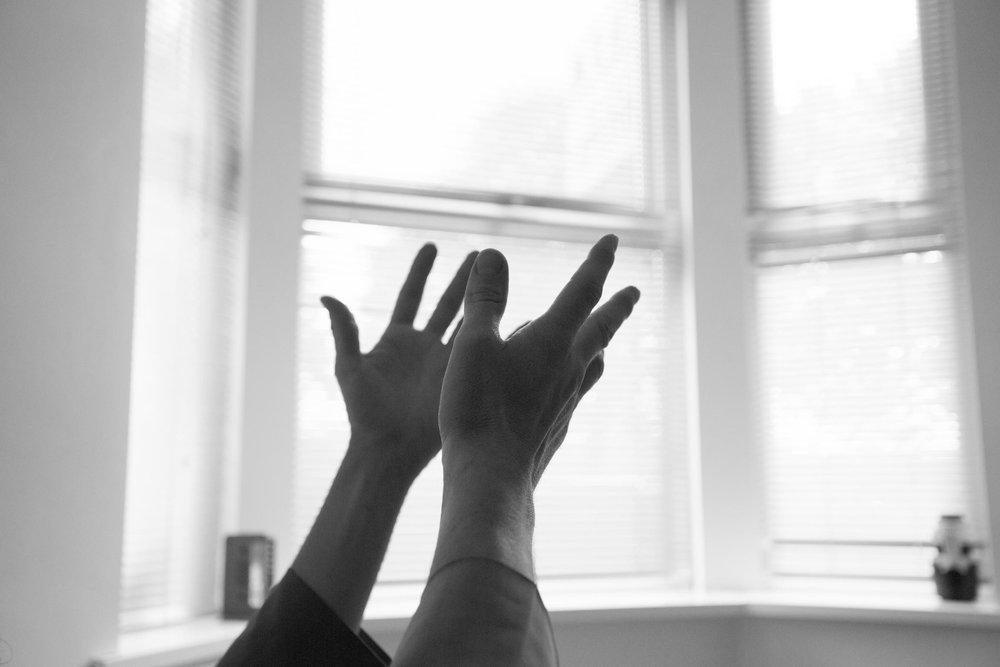 Beim Beten in verschiedenen Religionen scheinen die Hände oft Unterschiedliches auszudrücken und haben doch gemeinsam das zu umschreiben was über sie hinausgeht. Fotografien von Christoph Soeder
