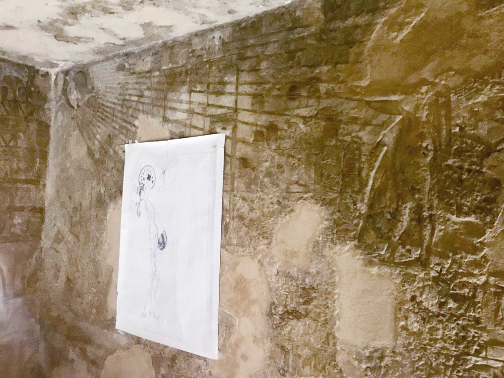 Vergrößerter Ausschnitt der ‹Zeichnung mit Pharao› von Joseph Beuys, die in der Kammer mit dem Strahlenaton ausgestellt wurde.