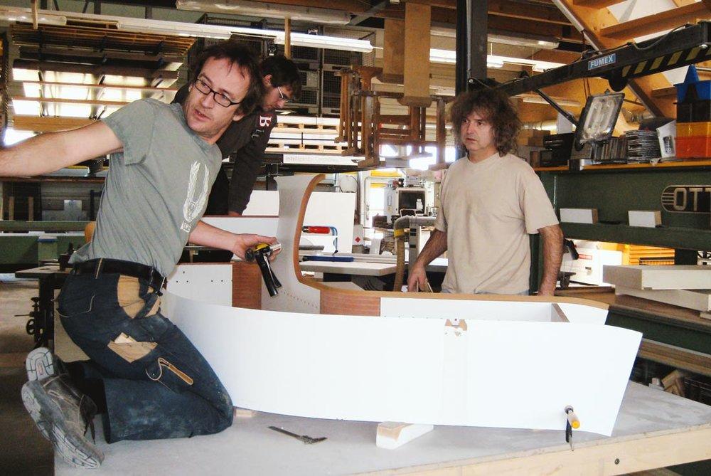 In der Geys'schen Möbelwerkstatt arbeitet der Chef auch persönlich mit.