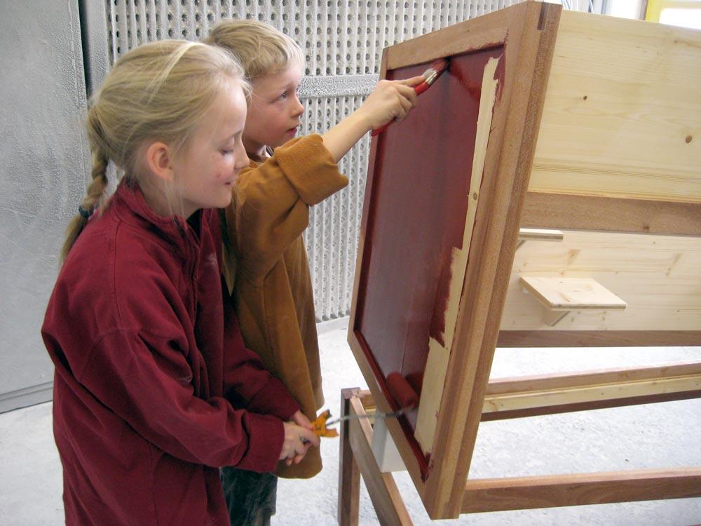 Kinderglück in der Geys'schen Möbelwerkstatt – Resi und Ferdi gestalten ihren Hasenstall mit Farbe.