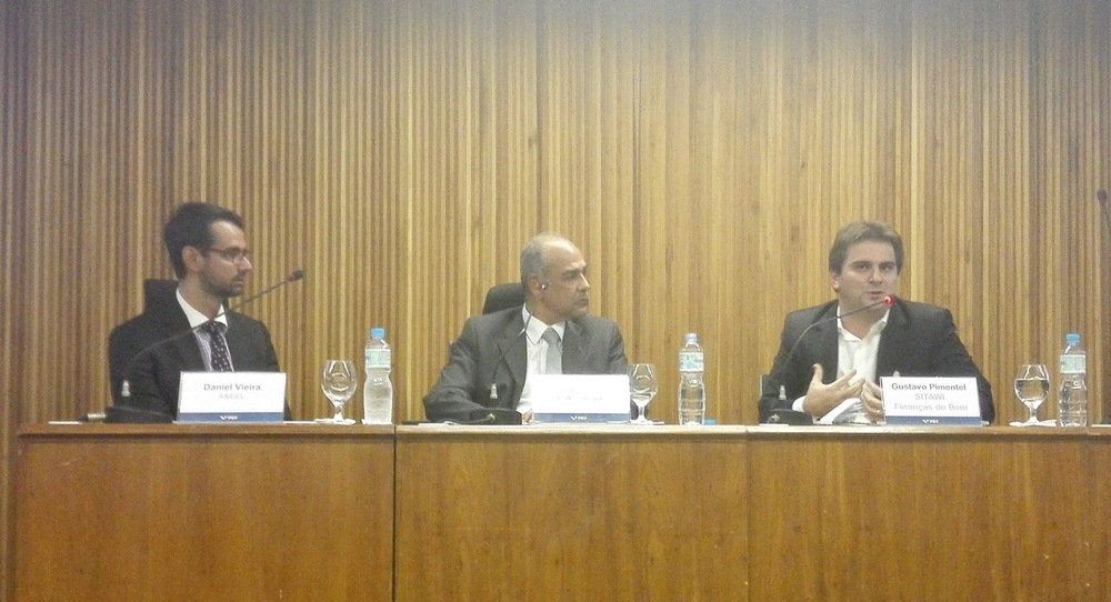 Especialistas no evento da FGV Energia. Daniel Vieira da ANEEL (esquerda), Paulo Cunha da FGV (centro) e Gustavo Pimentel da SITAWI (direita)