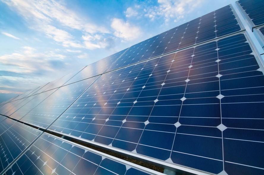 Instalação de solar fotovoltaica: mundo viverá uma rápida transição para energia limpa ao longo dos próximos 25 anos.