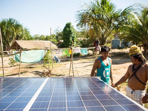 O Cacique Munduruku observa a instalação das placas solares. (Foto: Otávio Almeida/ Greenpeace)