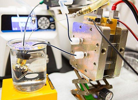 Em vez de armazenar energia internamente, a bateria de fluxo armazena a eletricidade em produtos químicos que podem ser mantidos em tanques.