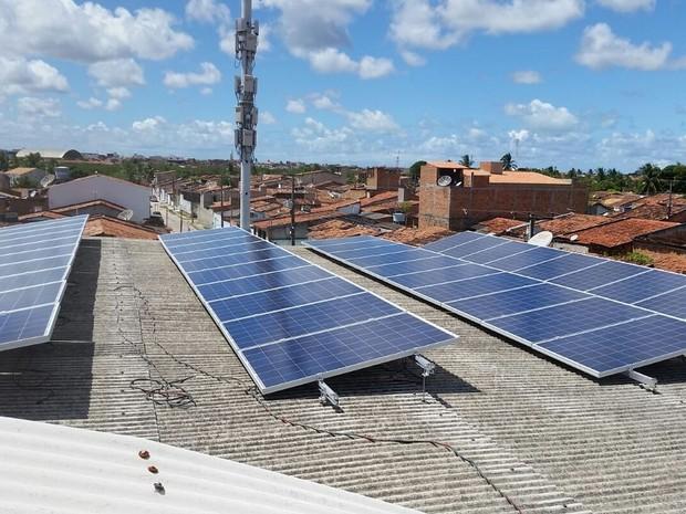 Placas solares instaladas no telhado do estabelecimento. (Foto: Fábio Veríssimo)
