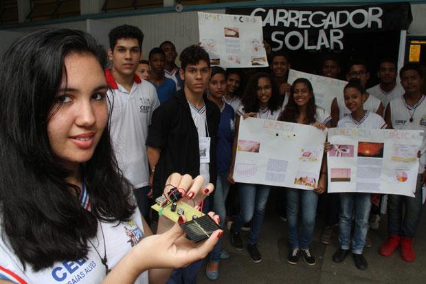 Turma do curso técnico com o carregador de celular à base de energia solar. (Imagem: Evandro Veiga/Correio da Bahia)