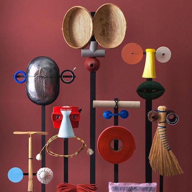 """Integrantes da @dutchinvertuals desenvolveram esses bonecos usando apenas objetos que poderiam ir para o lixo ou são """"ordinários"""" demais. O resultado mostra as possibilidades que existem quando exercitamos nosso olhar tentando descobrir novas funções para aqui que está ao nosso redor. Em outras palavras, como ser criativo."""