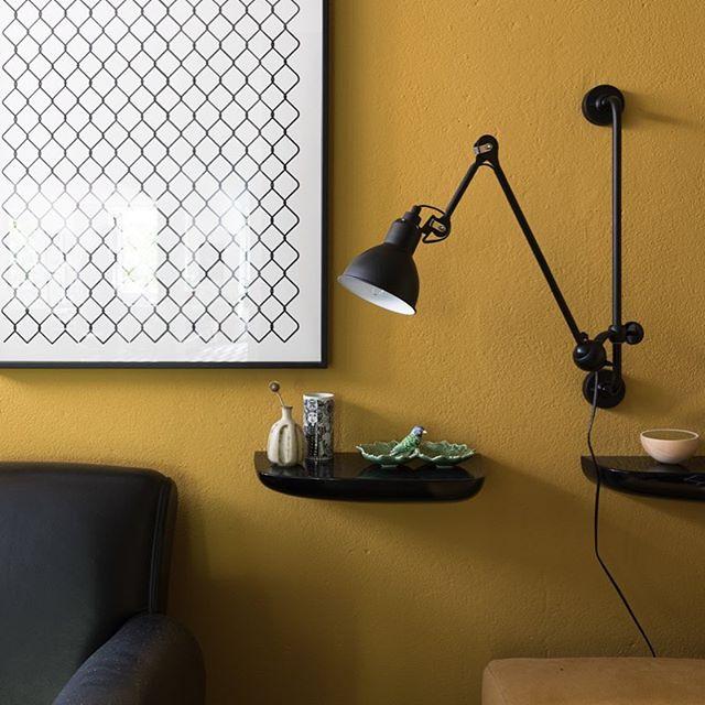 A queridinha da minha sala de tv é essa luminária articulada do @laboratoriodaluz que funciona como abajur no ambiente que não tem mesas lateral, mas tbem já usei para mesa de jantar em outro projeto. Esse tom de cúrcuma se chama OURO MONARCA da @tintascoral e ilumina a sala de dia. Clica na foto para mais infos.