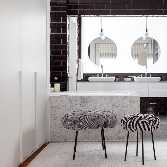 Banheiro integrado com closet no #apartamentocincinato projeto @todosarquitetura Uma curiosidade: o vidro translúcido atrás dos espelhos era a janela da área de serviço na planta original. Com essa solução o banheiro ganhou privacidade e a melhor luz que vc pode imaginar para usar a bancada.