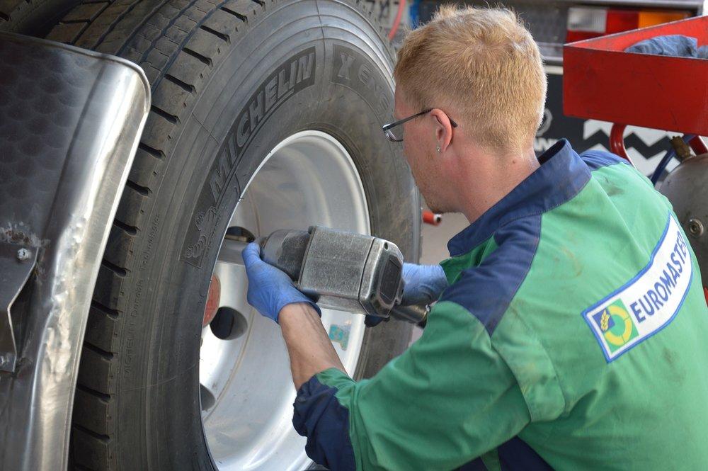 tire-repairer-1583849_1920.jpg