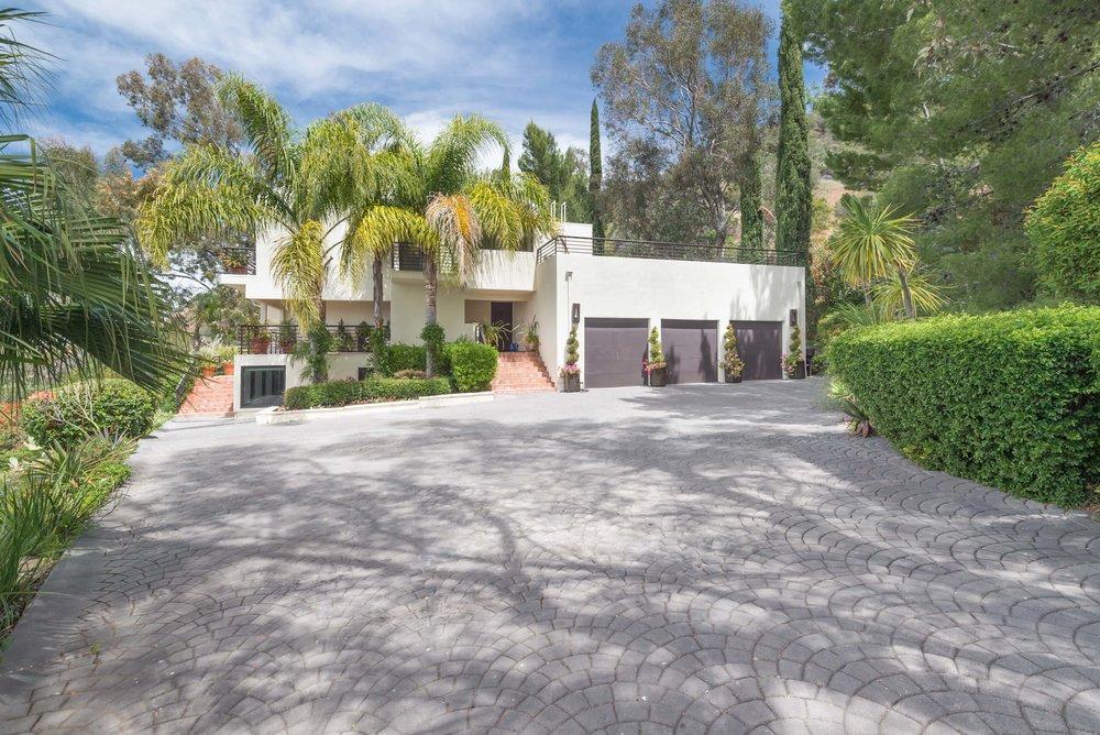 028 driveway 214 Loma Metisse Malibu For Sale The Malibu Life Team Luxury Real Estate.jpg