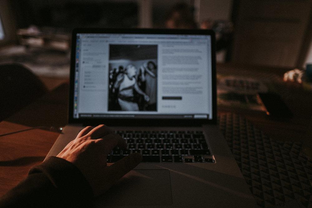 Hand auf der Tastatur meines Macs