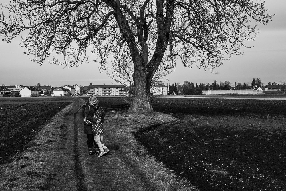 Meine Frau und mein Sohn umarmen sich unter einem Baum