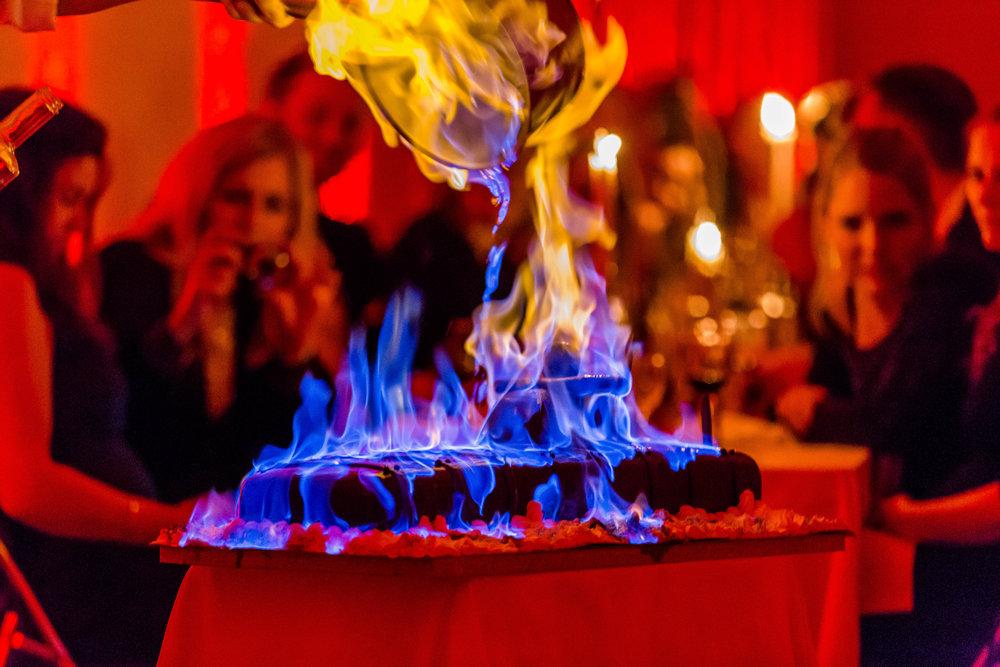 Kokken flamberer kake