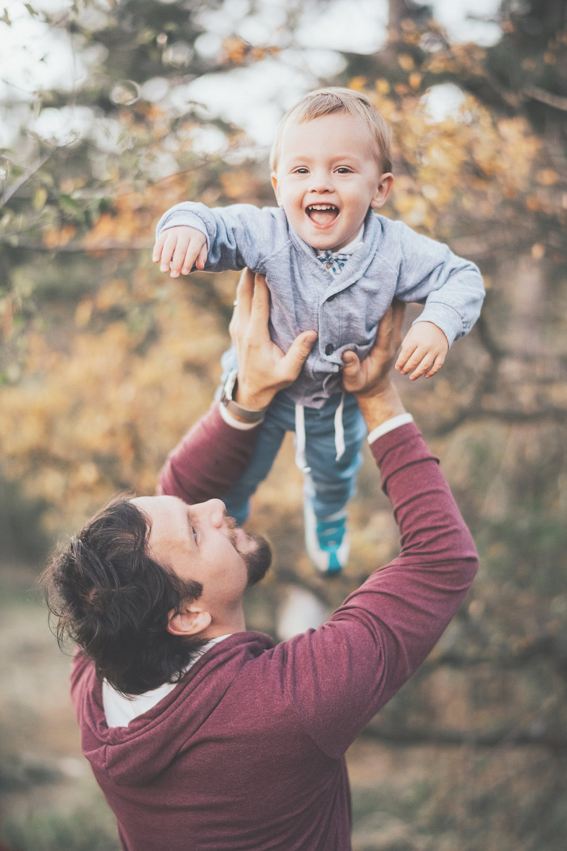 Rodinná fotografia nemusí byť nudná - Stačí to celé vziať za správny koniec a spraviť z fotenia skvelý zážitok. Na fotkách ma vždy bude baviť práve prirodzená emócia a nefalšovaná radosť v očiach. Pózovačky rád prenechám iným. 😊Ak hľadáte fotky, z ktorých dýcha dobrodružstvo a oslava života, ozvite sa mi.