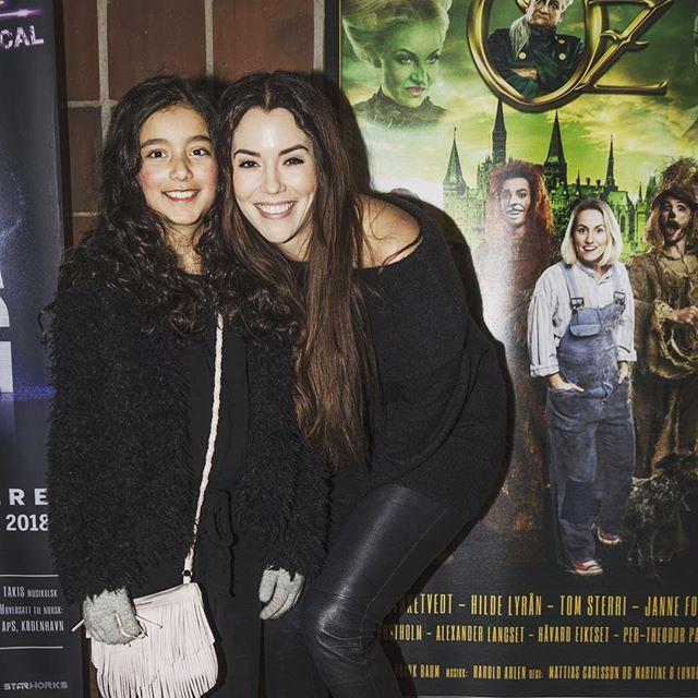 Niesen min Malene mente det var den beste dagen i 2019! 😊Koste oss veldig på Trollmannen fra Oz med fineste @sofiebjerketvedt som Dorothy!  Fun Fact: Spilte selv i Trollmannen fra Oz på Det Norske teater når jeg var liten! #trollmannenfraoz