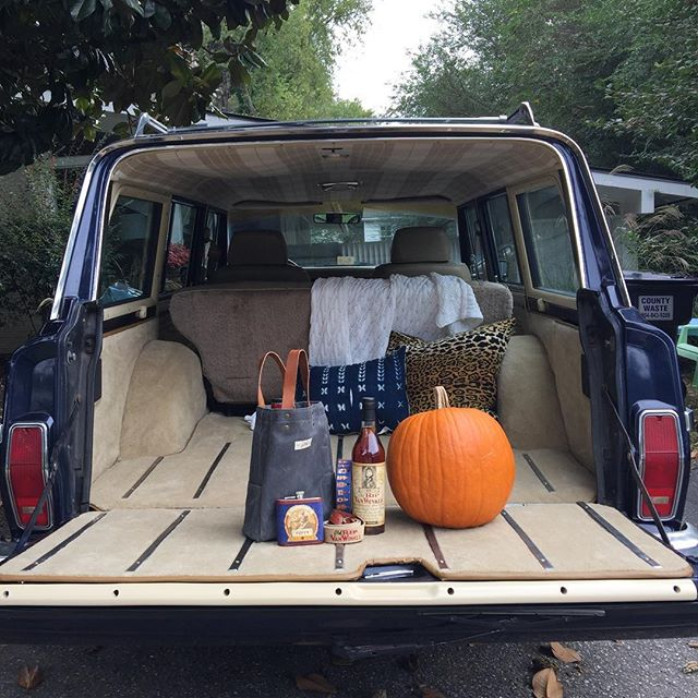 Now that's a tailgate! Pappy Fall ;) @pappyandco #pappyvanwinkle  #oldripvanwinkle  #pappy  #grandwagoneer  #jeep #wagoneer #tailgate  #fall #autumn  #epicrva #productphotography #productshot  @taylorcpace