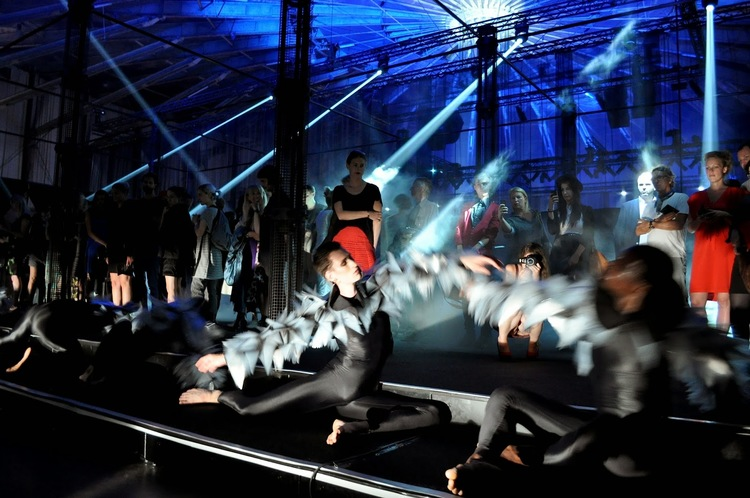Zero by Nanine Linning, a choreographed A/V performance with costumes by Iris van Herpen