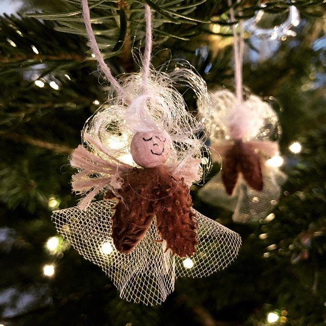 Da tar Din Mestring juleferie🎄🌟i år som i fjor sitter jeg med de samme følelsene, og de samme tankene. Jeg tenker ekstra på alle barn uansett alder, som ikke får feiret jul med sine nærmeste, fordi rusen har overtaket - Jeg tenker på dere❤️ Og så tenker jeg på de som i år får feire sin første rusfrie jul på mange år, med familien. Jeg gleder meg med dere❤️ Til dere som gruer dere til jul,  jeg sender dere ekstra gode tanker❤️ Om en uke er den over og vi går mot vår! Og til dere som ikke vet det- mye alkohol og barn hører ikke sammen! Heller IKKE i julen.  Da vil jeg ønsker dere alle en god og fredfull jul🎄❤️ Lag nye gode minner, gled en som trenger det! Trine❤️#dinmestring  #samtaleterapi #jul #juleferie #jegerher