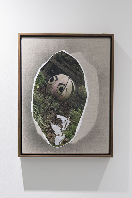Untitled Digital photograph, linen, spray paint, oak frame, bronze 42.5 x 33 cm, 2016