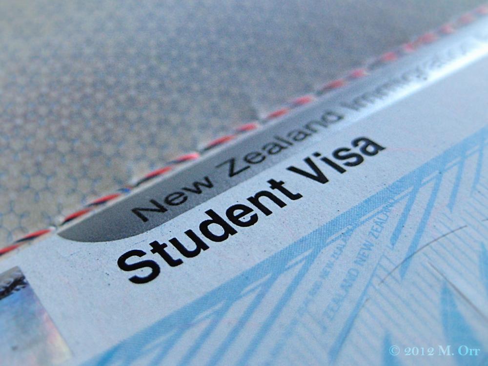 Le système éducatif en Nouvelle-Zélande - Le système éducatif néo-zélandais offre un vaste choix de programmes et une grande flexibilité qui permet de donner sa chance de réussir à chacun. Les universités proposent un large choix de programmes.Avec des universités classées parmi les 20 meilleures mondiales (classement Times), le modèle d'enseignement anglo-saxon « à la kiwi » – très pragmatique et adapté au marché du travail – séduit désormais plus de 100 000 étudiants internationaux chaque année. Venez-vous former au contact de professeurs hautement qualifiés, dans des classes à faible effectif, permettant un très bon suivi des étudiants !En poursuivant vos études supérieures en Nouvelle-Zélande, vous vous offrez une formation universitaire internationale de qualité, dans un environnement extraordinaire, tout en goûtant à une qualité de vie mondialement reconnue ! De plus, à la suite de vos études, vous pourrez demander un visa de travail d'un an vous permettant de commencer votre carrière en Nouvelle-Zélande sereinement.