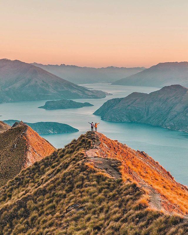 Au sommet des Roys Peak, face à l'immensité des lacs de l'île sud 🧡 Avez-vous déjà ressenti cette sensation d'être seul au monde ? 📷 by @connieandluna . . . . #nztravel #newzealand #nouvellezelande #southislandnewzealand #nzsouthisland #royspeak #royspeaktrack #nznature #nzphotography #expatlife #wanaka #wanakalake