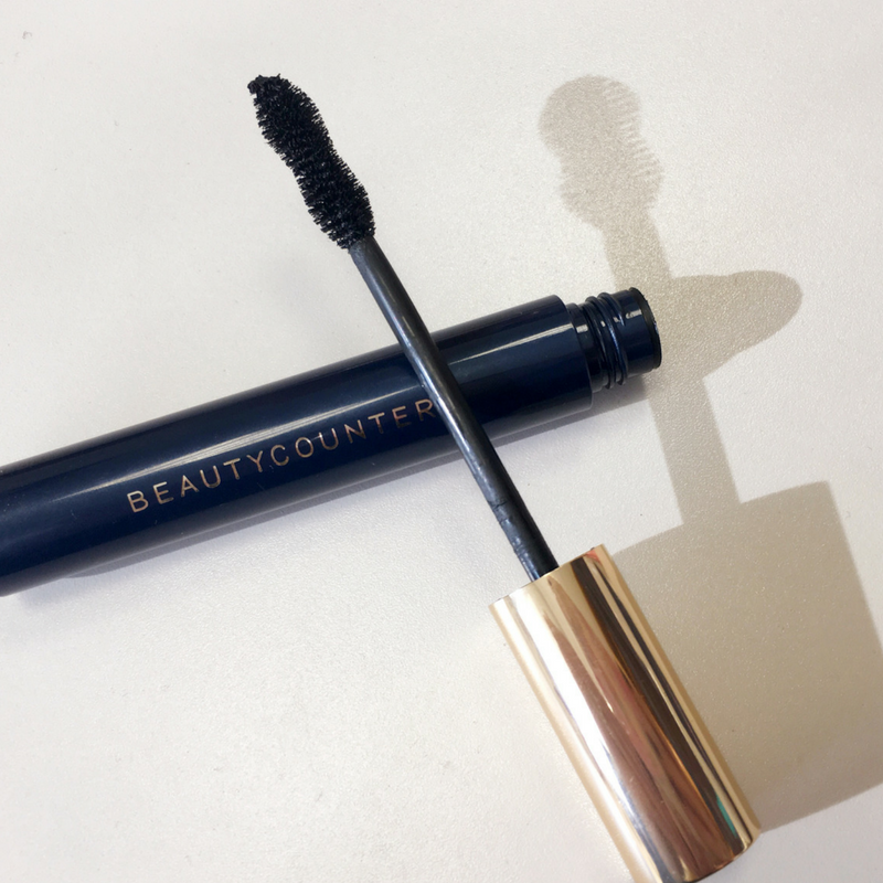 Made with natural fibers, this advanced formula increases volume by 385% to create fuller, more dramatic-looking lashes. The hourglass brush curls, separates, and plumps for high-drama glam–without clumping, flaking or smudging. Cleaner, plant-derived ingredients, like carnauba wax and rice bran wax, replace harmful emollients, while bataua oil helps soften lashes.