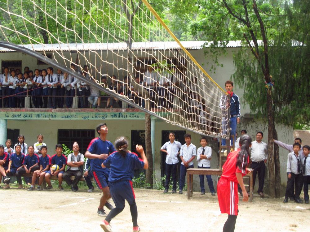 Il gruppo misto di ragazzi che partecipano al torneo durante il progetto Khelaun Khelaun in Nepal