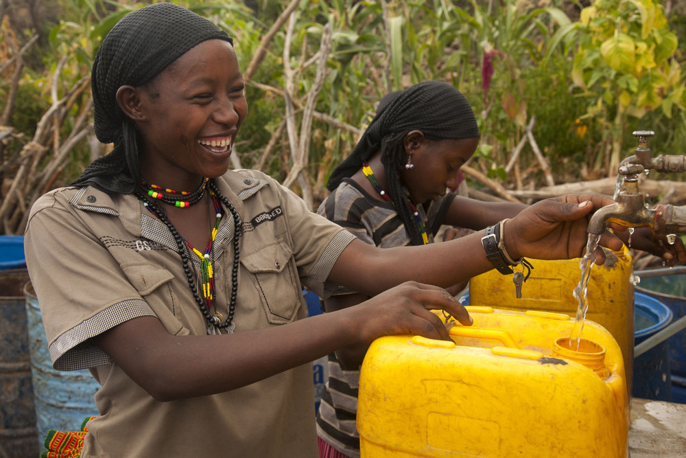 WOmen using clean water taps, Wateraid