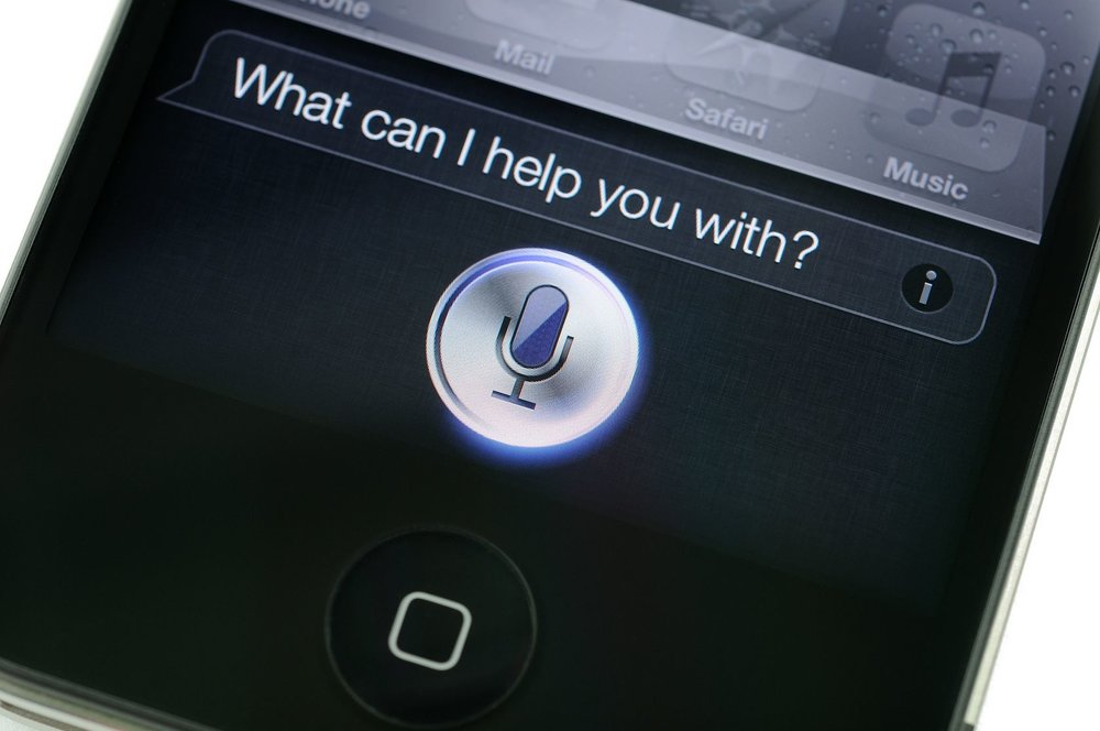 "Siri on iPhone asking ""what can I help you with?"""