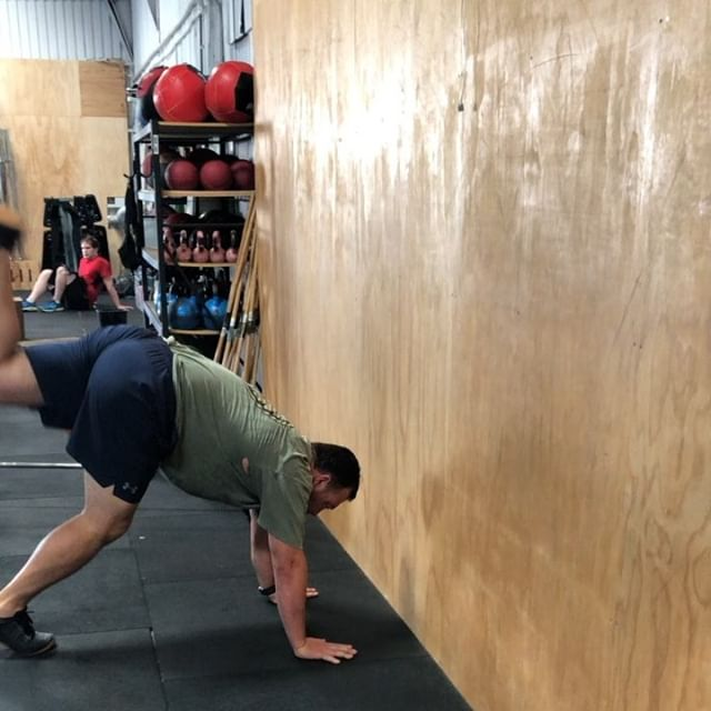 When one big guy says to the other big, lets do a handstand, it doesn't always end up looking as good as this.. 😍😳 Still blows us away to see how all our clients embrace the challenge of doing handstands.  More Freestanding handstands coming at you in 2019  #doyouevenhandstandbro