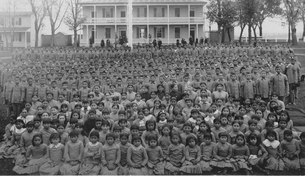 PrattPupilsinFrontofPratts'QuartersCarlisleIndianSchool1885L