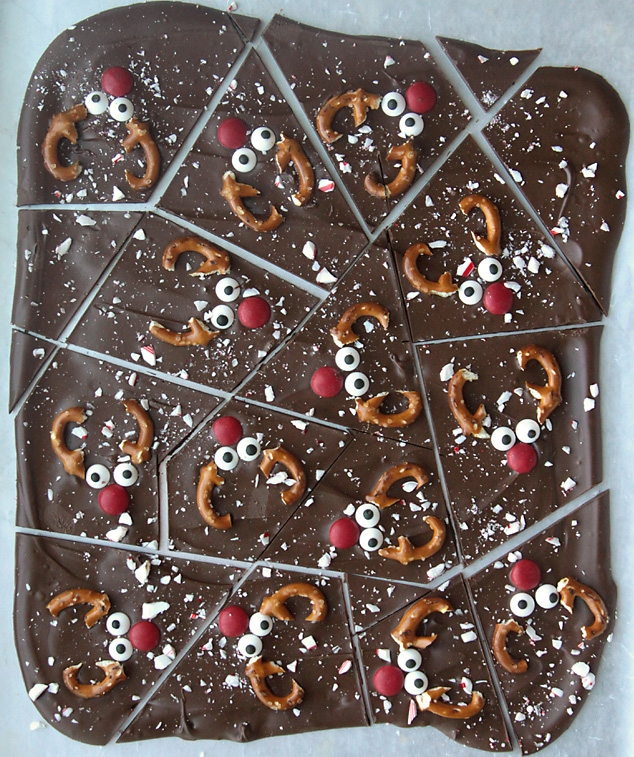 reindeer-bark-easy-fun-christmas-recipe-peppermint-chocolate-pretzels-kid-food-craft-5 (1).jpg
