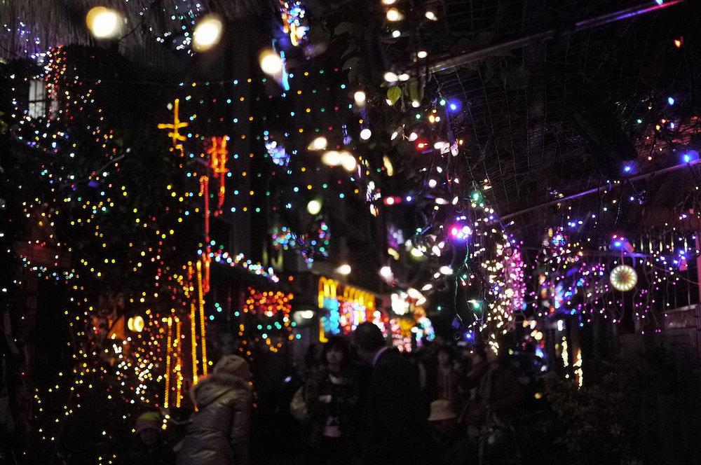 北投吉慶里聖誕巷 - 吉慶里「聖誕巷」布置至今已有十六年歷史。每年的12月,巷內住戶會自發性地開始布置自己的家門,點燈也會從聖誕節的前一週開始,一直點到隔年元宵節止。吉慶里的「聖誕巷」布置是以「戶」為單位,再搭配不同的主題裝置,巷內家家戶戶的窗台、庭院都有居民的精心設計。2014年吉慶里「聖誕巷」還被網友票選的全國「十大耶誕浪漫景點」之一。地址:112台北市北投區石牌路一段71巷15弄4號日期:2017/12中旬 - 2018/03/01時間:不限