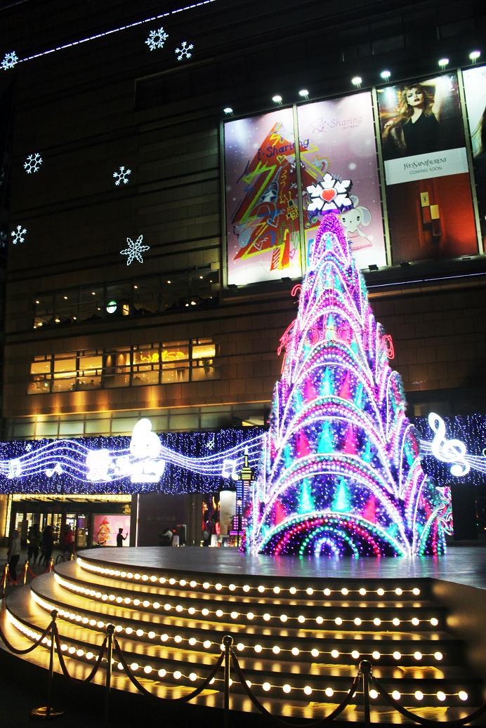 夢時代 - 夢時代,可說是高雄聖誕裝置藝術的指標,這裡聚集了世界知名地標的裝置藝術外,讓你往如置身國外,這樣的用心的聖誕景點,只為了成就想成為冬季網美的你。地址:806高雄市前鎮區中華五路789號日期:2017/12/01 - 2018/01/01時間:一至四 11:00 - 22:00 五11:00 - 22:30 六10:30 - 22:30 日10:30 - 22:00【平安夜點燈活動】名稱:愛Sharing平安夜 幸福點亮Purple Wish時間:12/24(日) 18:30 - 20:00