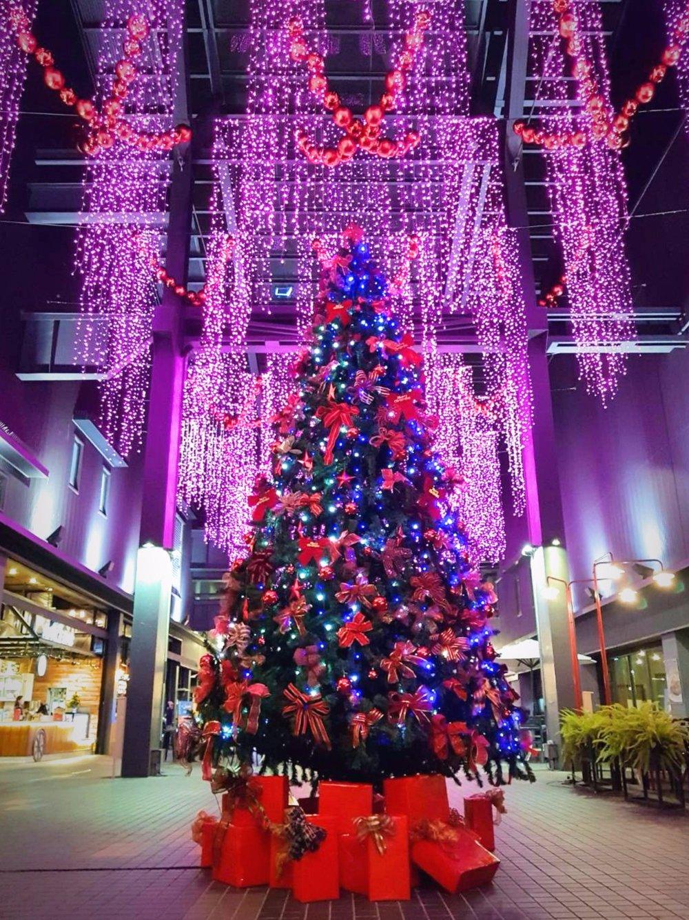 MLD台鋁 - MLD台鋁是每年聖誕必要的踩點之一,低調極簡的建築特色,完整的襯托出聖誕裝飾的閃耀, 別忘了 跟Uber聖誕大字合照,就在這個冬天讓你遇見最不一樣的MLD台鋁!地址:806高雄市前鎮區忠勤路8號日期:2017/12/01 - 2018/01/01時間:一至四11:30-21:30 五11:30-22:00 六日及國定假日10:00-22:00