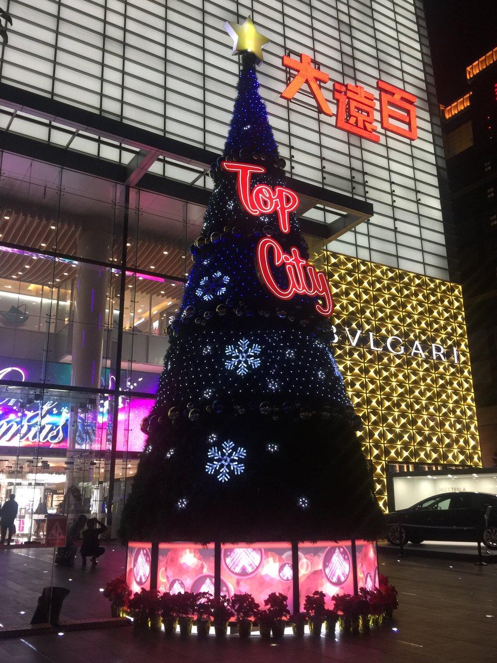 台中大遠百 - 台中大遠百今年聖誕節除了在1F時尚廣場打造大型形象聖誕樹外, 更在周圍以行星為主題,打造星球燈海,讓冬日夜晚中的遠百星光熠熠,增添不少過節氣氛, 置身其中就能感受到遊走在銀河大道上的浪漫幸福感!還在等什麼呢,快來找尋屬於你的聖誕之星![Photo Credit] 台中大遠百官方圖片地址:407台中市西屯區台灣大道三段251號日期:2017/12/01 - 2018/01/01時間:不限