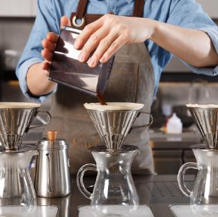 奎克咖啡 - 品牌介紹:以秉持著實現精品咖啡為初衷理念,每一杯咖啡皆現磨現沖,期許能用最短的等待時間萃取最優質的飲食品味,並將最好的呈現給顧客。優惠內容:咖啡系列買一送一(品項/冷熱需相同)優惠期間:週三 UIP日優惠門市:台中公益加盟店、高雄博愛旗艦店營業時間:08:00-19:00、09:30-20:30電話:04-2254-1899、07-557-0977地址:台中市公益路二段532號、高雄市左營區博愛二路236號