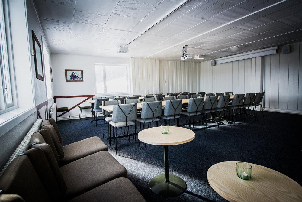 Fjällvärldens bästa konferensutsikt - Under vintern renoverade vi våra konferensrum. Modern teknik i kombination med utsikt över fjällvärlden skapar inspirerande möten. Självklart erbjuder vi passande aktiviteter när det är dags för en bensträckare. Under sommaren och höst erbjuder vi bokade grupper exklusiv tillgång till anläggningen.