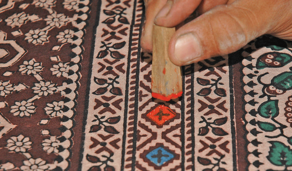 Direct printing of bright pigments used to make a  Sirakh.   (Abdul Rehman Budha of Ajrakhpur)