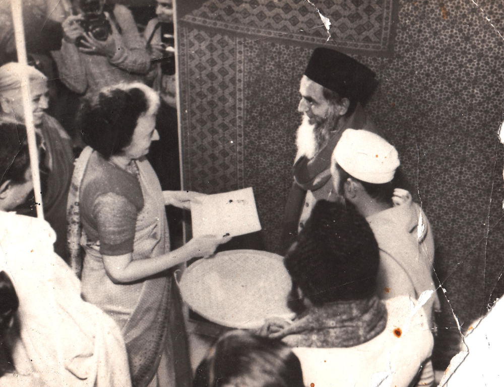 Mohammed Siddiquebhai Khatri meets Mrs. Indira Gandhi at a convention of Indian handicrafts