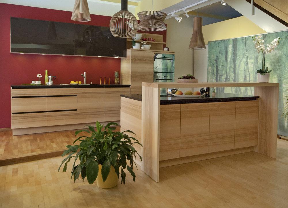 Mobilier de cuisine entièrement en bois massif huilé, ici en coeur de frêne avec la veine suivie.