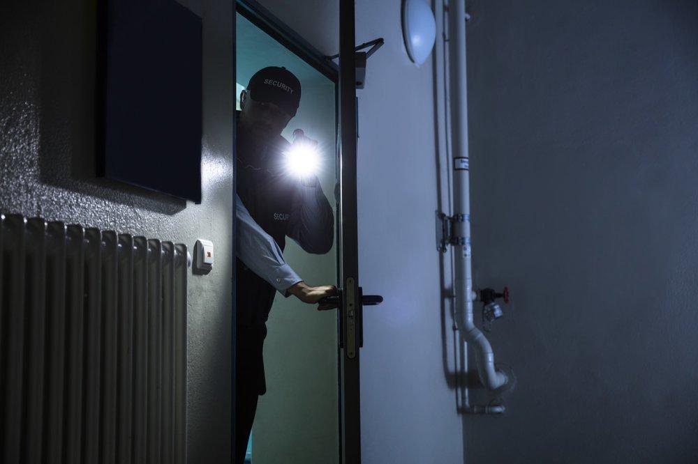 #2 Mobiele bewaking - Mobiele bewakingDe bewakingsagent patrouilleert, meestal met een voertuig, tussen meerdere gebouwen gescheiden door openbare wegen of private domeinen.Interventie na alarmBij een alarmsignaal wordt de agent naar jouw bedrijf uitgestuurd om de alarmafhandeling voor zijn rekening te nemen.Key-holder serviceOnze agent opent en sluit jouw gebouwen en terreinen op de door jou bepaalde tijdstippen.