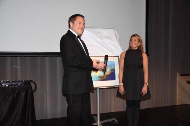 Elisabeth Aas-Jakobsen ble Årets Kiropraktor 2017, her får hun prisen av leder av Norsk Kiropraktorforening.