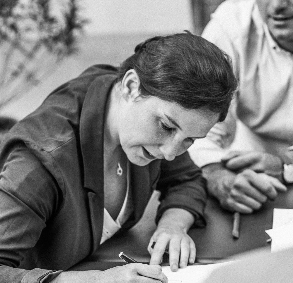 Florence,chef d'orchestre - Fondatrice d'Aïna, Florence Mathieu est ingénieur, diplômée de l'École Nationale des Ponts et Chaussées. Après plusieurs expériences dans des groupes industriels, elle se spécialise en innovation centré vers l'humain à la d.school Paris autour d'un projet avec Lapeyre, filiale de Saint-Gobain, sur la conception, l'industrialisation et la commercialisation d'un meuble de salle de bain adapté aux seniors. Ce projet phare, repris comme exemple à travers le monde, l'amènera à co-écrire LE DESIGN THINKING PAR LA PRATIQUE aux éditions Eyrolles. Chargée de projet au sein de la d.School Paris pendant 3 ans, elle développe notamment le programmede design thinking pour les seniors et encadre plus de trente projets d'innovation dont plusieurs avec de grands groupes industriels (Tarkett, Valeo, EDF, Saint-Gobain…). En parallèle elle fonde en 2015 AÏNA.