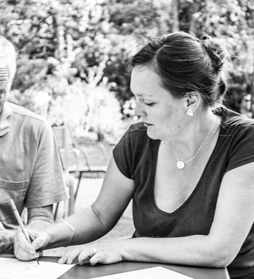 Anne-Laure, designer d'expérience et visionnaire - Passionnée par le sens et la place de l'humain dans les organisations, Anne-Laure aime créer des expériences nouvelles et significatives. Elle apporte sa compétence de plus de 15 ans dans le management et la stratégie de communication pour guider la marque Aïna et concevoir nos formations transformationnelles.